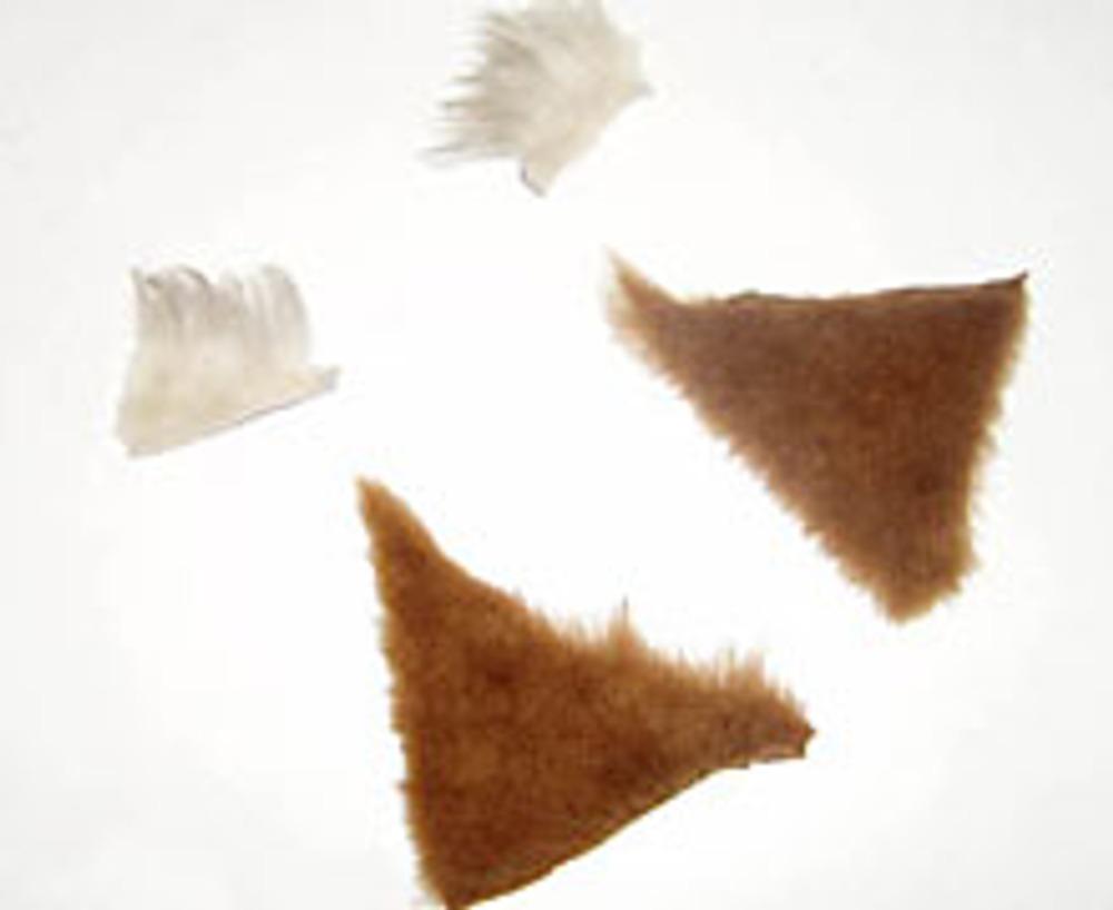 5. Вырежьте из меха треугольники для ушек и пришейте к ним небольшие кисточки.