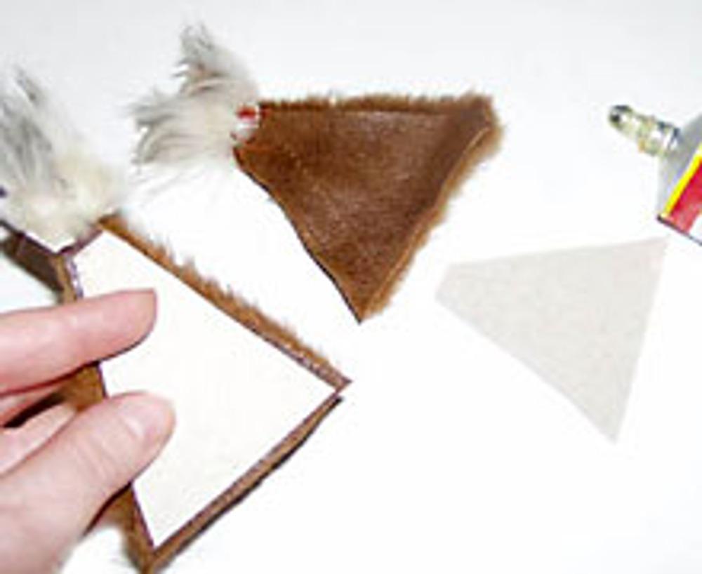 6. На изнанку треугольников наклейте кусочки картона для прочности...