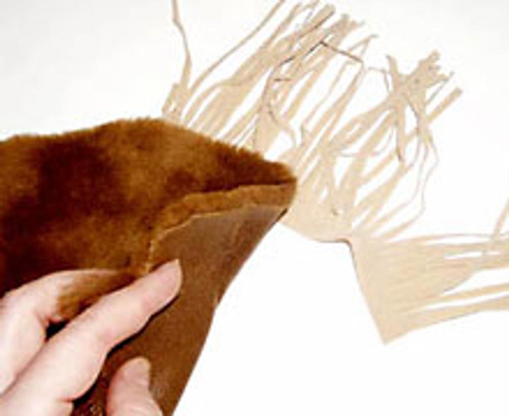 """11. Манжеты сделаны из кусочков меха и бахромы, завязки тоже: шнур с бусинами и """"кисточками"""" из остатков меха."""