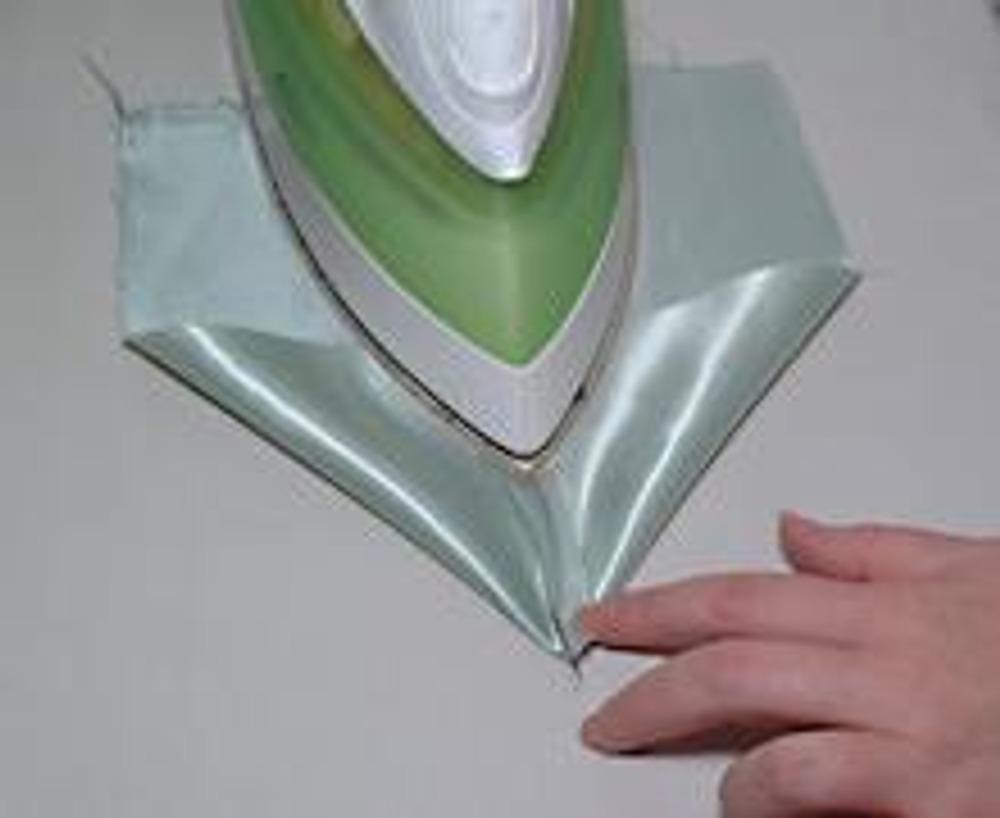 5. Приутюжьте швы припусками наружу, сложив деталь мысиком, как показано на фотографии.