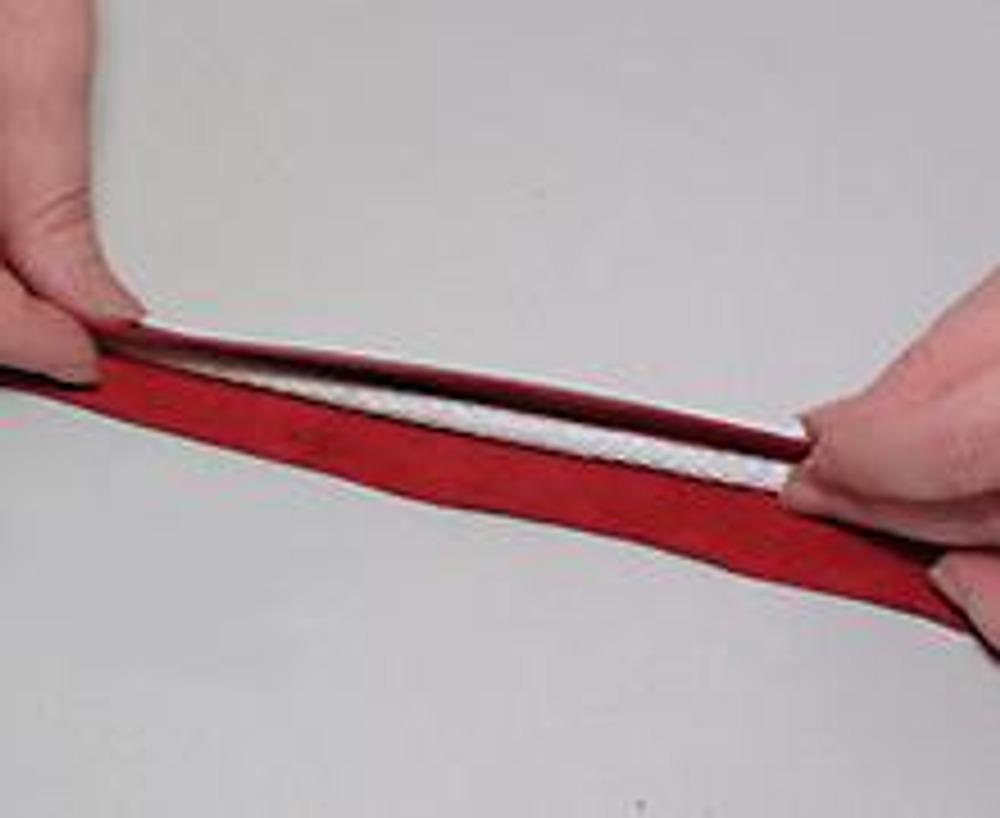 10. Изготовление кожаных ручек. Толстый шнур обернуть полоской кожи, вложив его в сгиб.