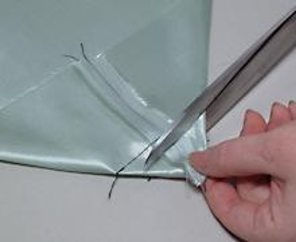 7. Проложите строчку поперек шва с припусками и отрежьте получившийся уголок. Уголок, конечно, не обязательно отрезать, его можно просто пришить к донышку.