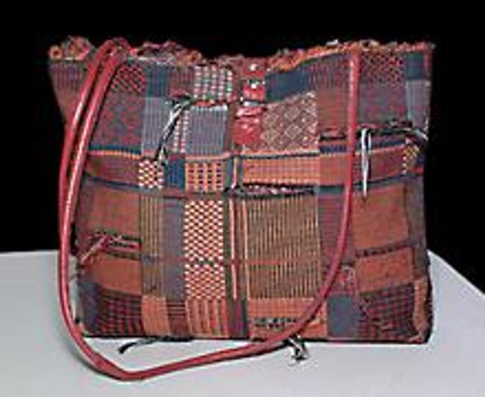 9. Аналогично выполнена и эта сумка из гобелена. Ее отличие в том, что вместо молнии использована застежка от старой кожаной куртки и самодельные кожаные ручки.