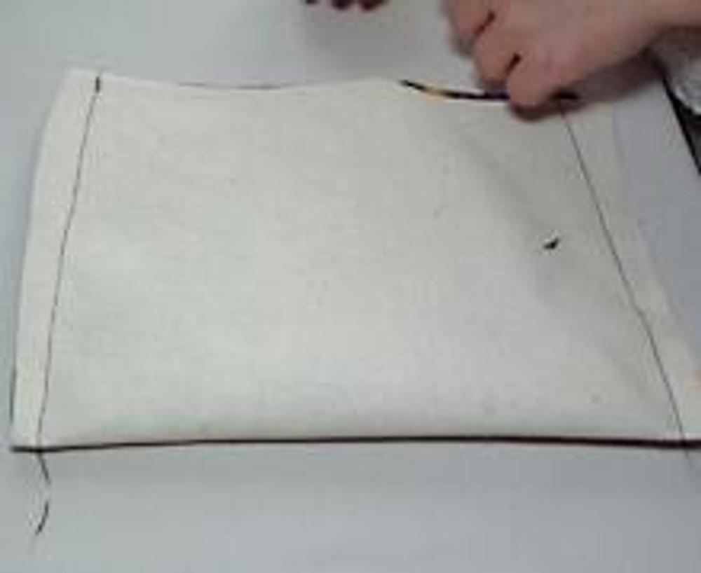 4. Сложить детали из основной и прокладочной ткани вместе и далее обрабатывать как однослойную деталь. Стачать боковые швы.