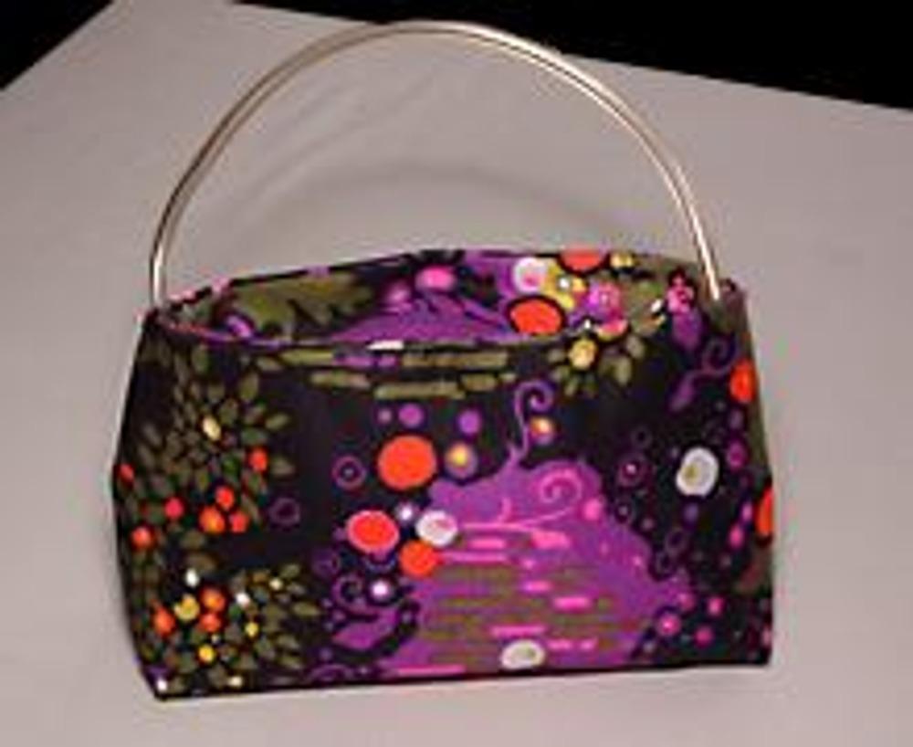 1. Если такую миниатюрную сумочку сшить из остатков ткани от пошива брюк или юбки, получится супермодный ансамбль!