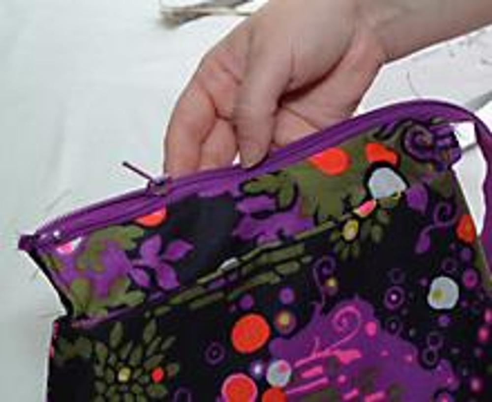 7. Планки с молнией притачать к сумке, одновременно прихватывая подкладку и пришивая ручку. Готовую сумку по рисунку ткани можно расшить бисером.