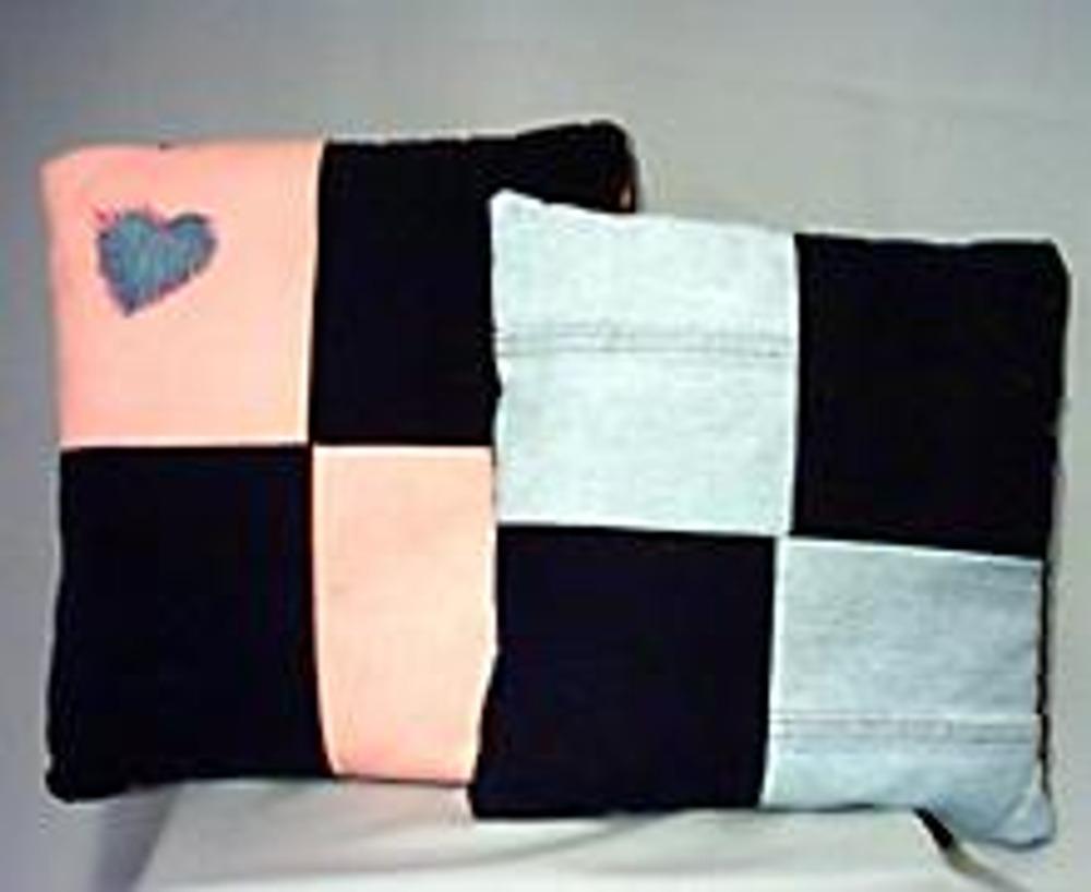 1. Из джинсовых остатков можно сшить милые подушки, которые станут хорошим и недорогим подарком знакомым. Кстати, такие подушки можно дополнительно украсить аппликацией!