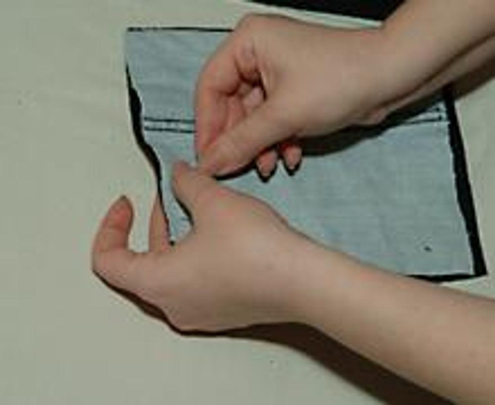 2. Нарежьте квадраты или прямоугольники, размер которых по длине и ширине равен 1/2 соответствующего размера подушки. Заднюю сторону можно выкроить целиком из другой ткани.