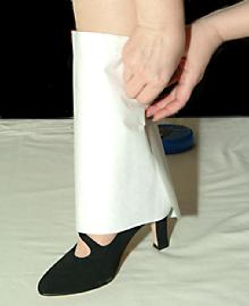 2. Из бумаги сделайте выкройку, закалывая вытачки по ноге.