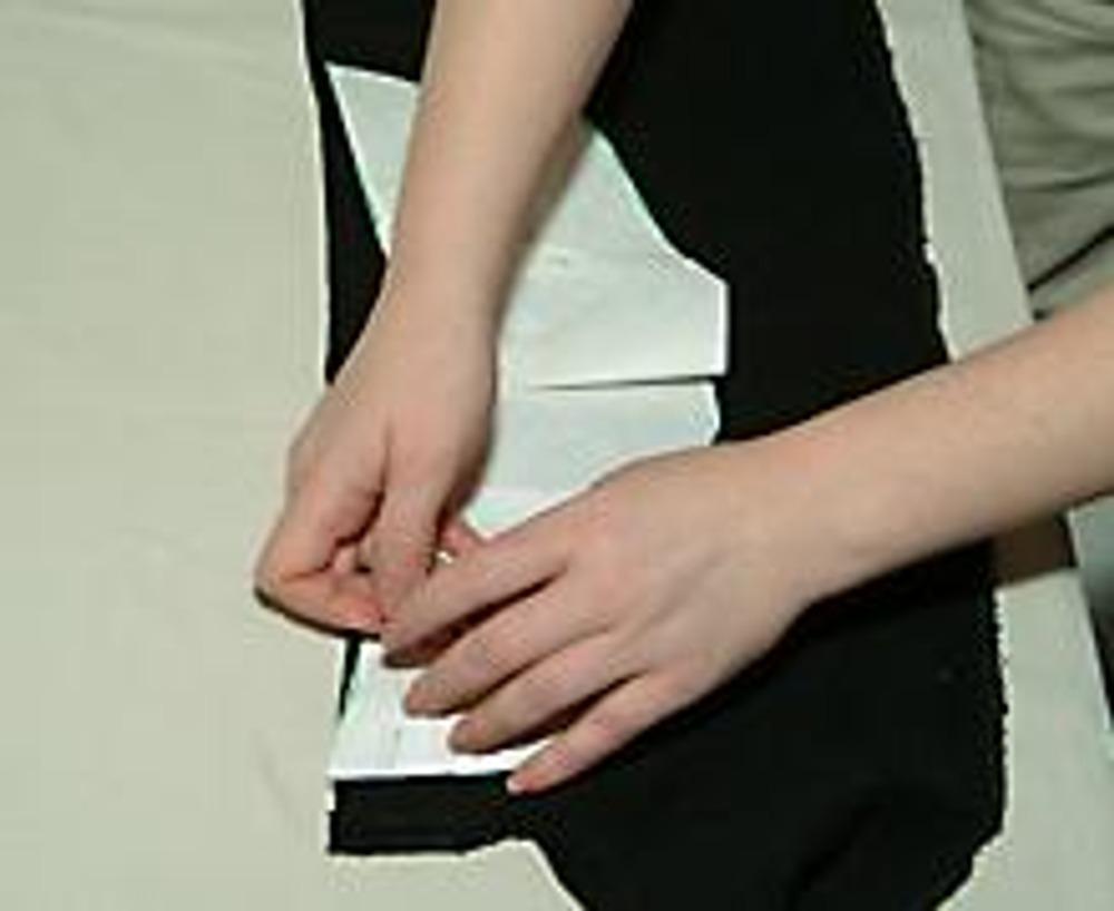 5. Наколите на ткань (лучше использовать трикотаж).