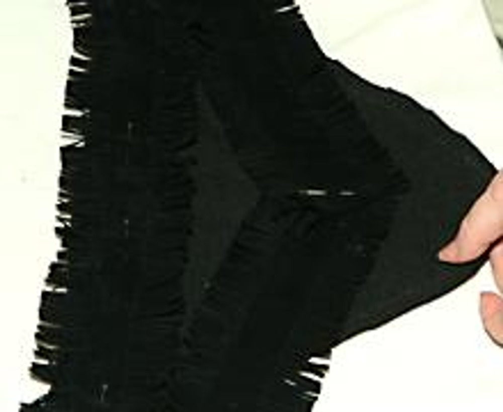 7. На украшенных гамашах стачайте задний шов.