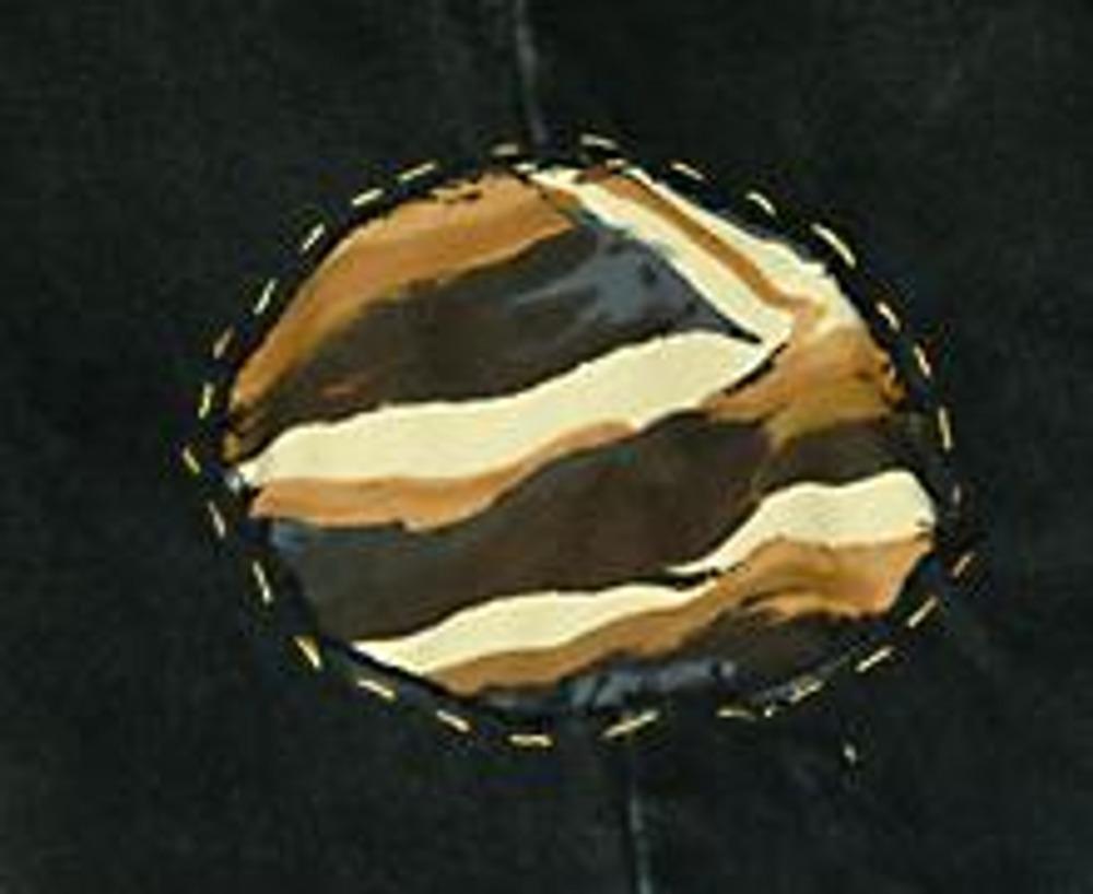 4. По периметру окружности проложите строчку или ручные стежки контрастной ниткой или в тон ткани. Кстати, края круга можно предварительно размахрить.