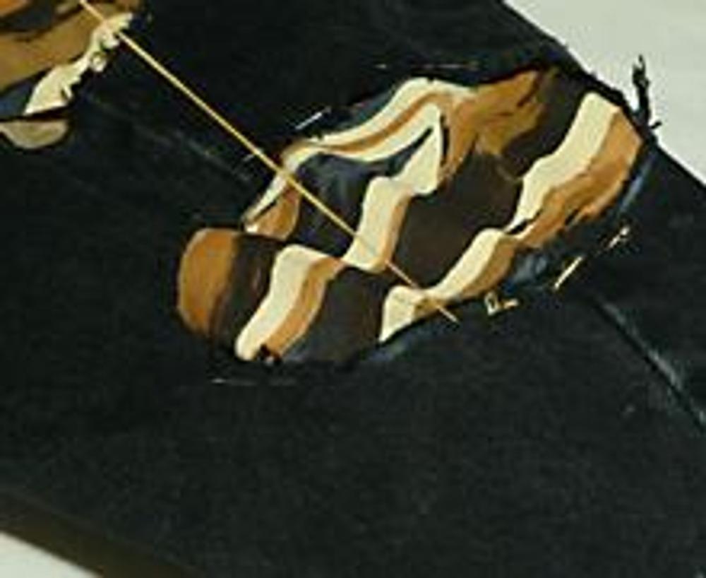 3. В каждое отверстие вложите лоскут декоративной ткани. Весьма интересный эффект дают такие вставки из прозрачных тканей, например, из органзы.
