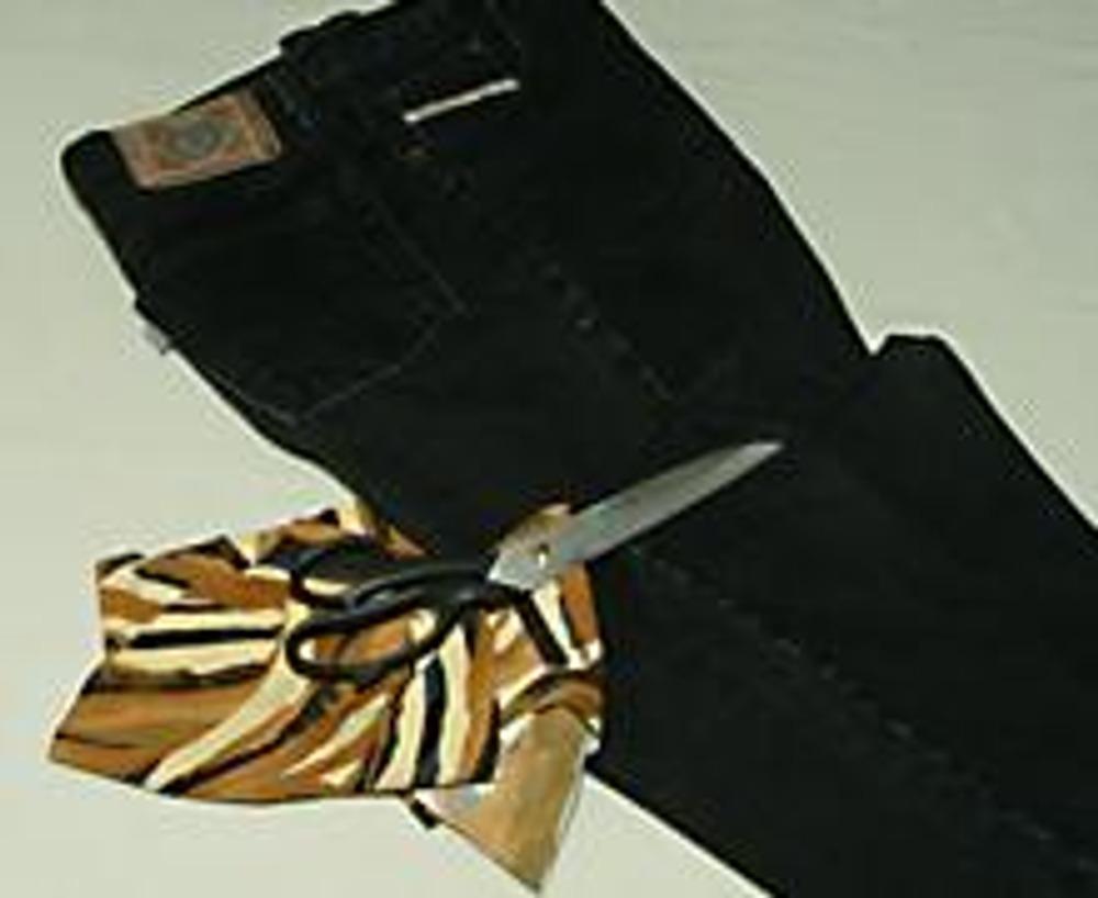 1. Надоевшие джинсы можно украсить необычным способом - крупной перфорацией с подложкой из декоративной ткани.