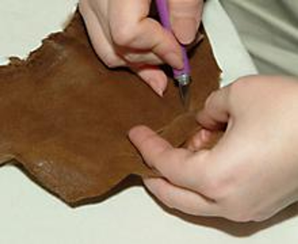 5. Как вариант, круги можно украсить меховой отделкой. Специальным резцом вырежьте лекальные полоски из мехового лоскута...