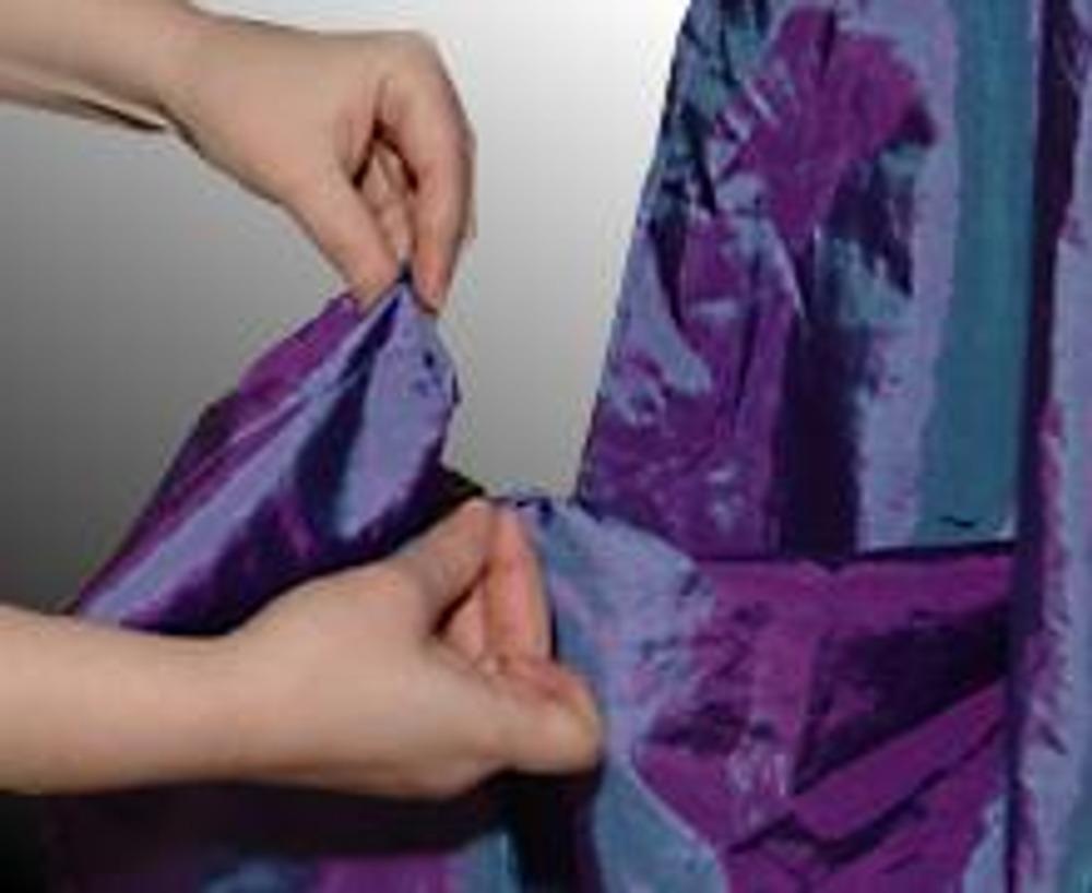 4. Длинную сторону юбки задрапируйте, приподнимая ткань в нескольких местах...