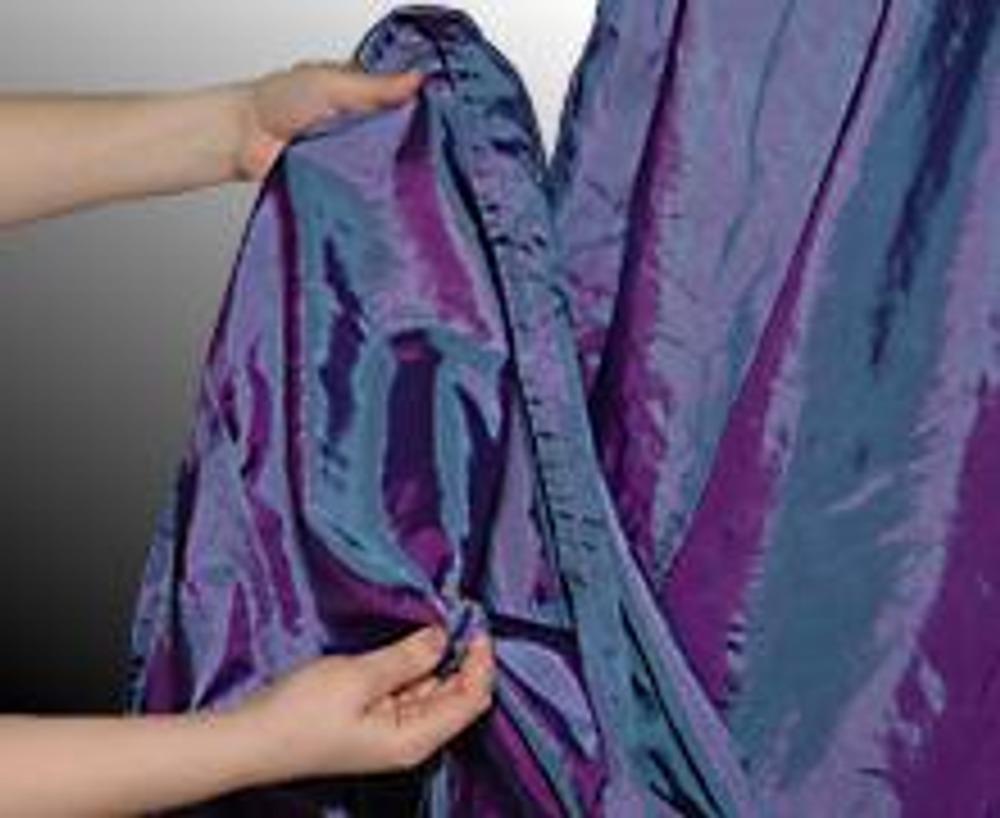 """7. Другой способ кутюрной драпировки - """"розы"""". С изнаночной стороны юбки скрепите ткань в небольшой """"узелок""""."""