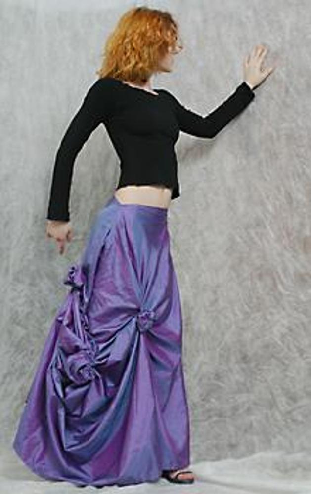 """12. Здесь представлена юбка, задрапированная """"розами"""" разного размера. Вы наверняка обратили внимание, что нитки, которыми закреплена драпировка, легко распарываются, а это значит, что к каждому выходу в этой юбке вы можете создавать новую неповторимую драпировку!"""