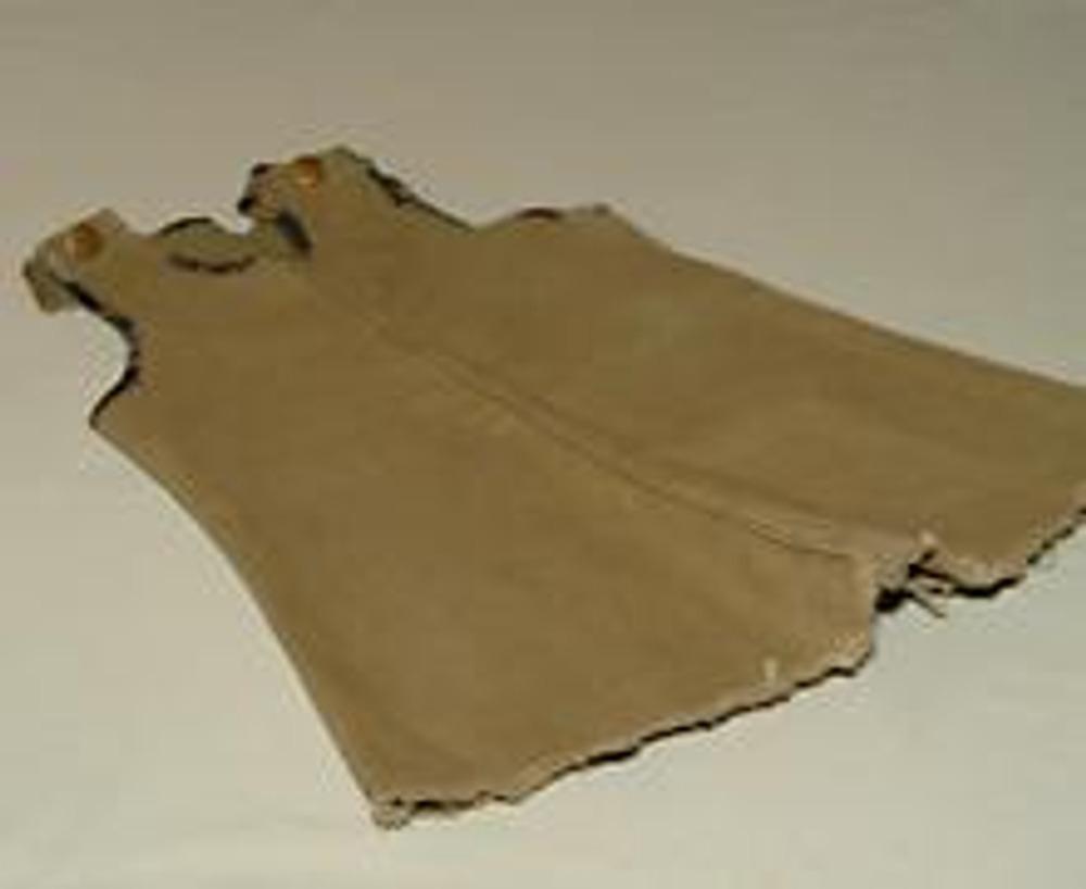 1. Протертые вверху мужнины джинсы отлично подходят для пошива удобного детского сарафана. Если детей подходящего возраста у вас нет, то джинсы можно использовать для пошива милых подушек .