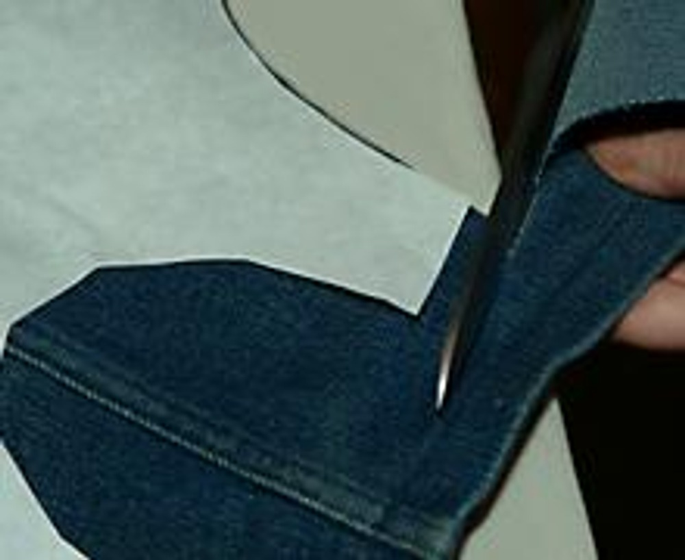 4. Припуски на швы/подгиб оставьте только по плечевым и боковым срезам. Низ сарафана можно не подшивать, а обрезать, например, разнокалиберными зубчиками.