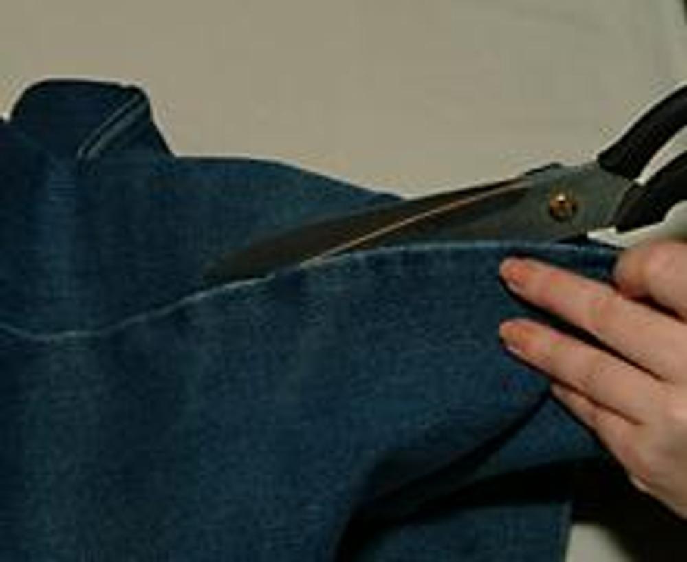 """2. Распорите джинсы в боковых или шаговых швах, оставляя нетронутым шов-""""замок""""."""
