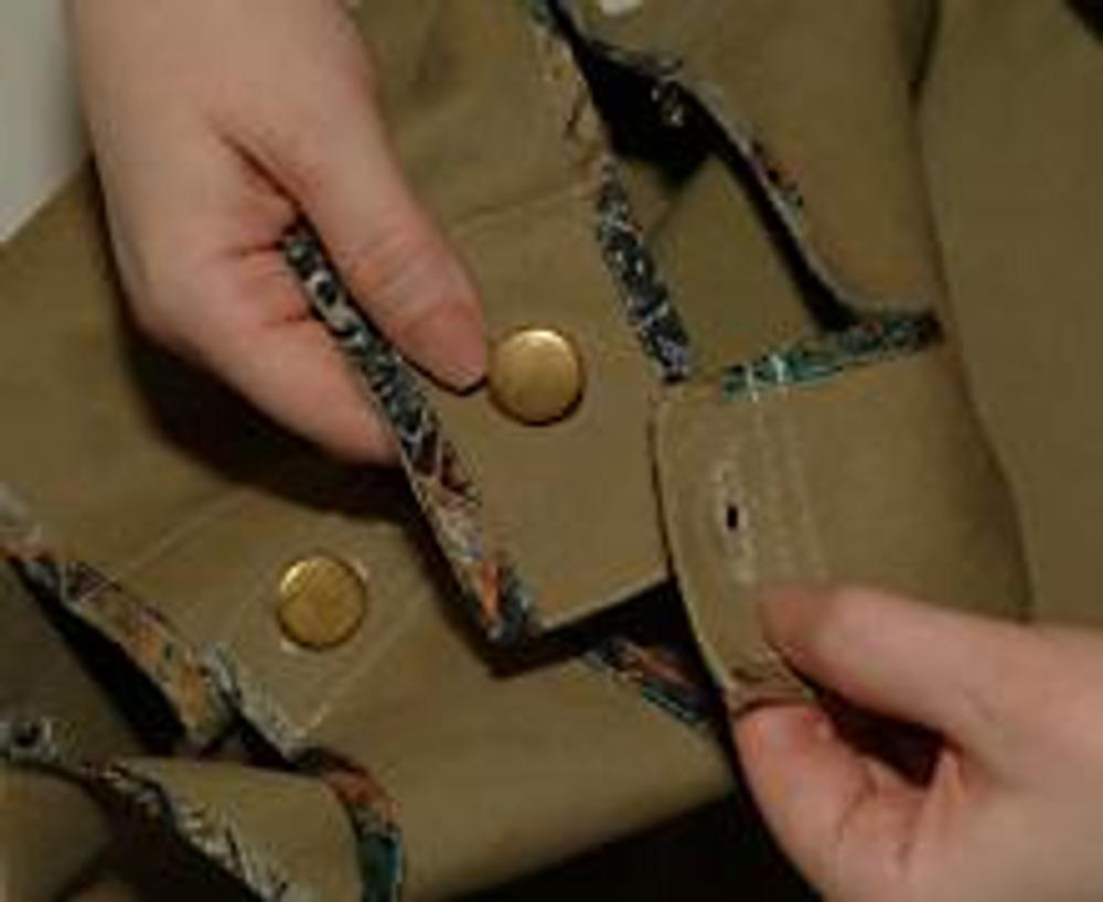 6. Бретели сарафана выполнены на пуговицах, причем задние бретели выкроены с увеличенным припуском под застежку - на вырост.