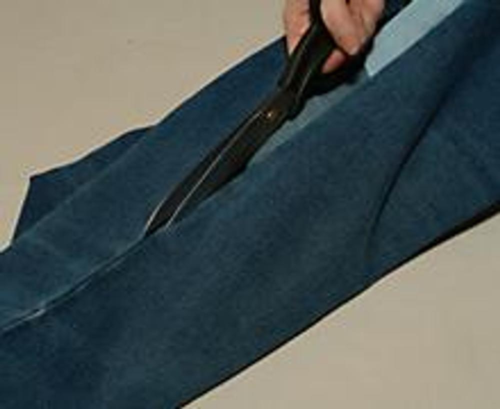 2. Нам потребуется набивная тесьма, ножницы и немного терпения. Разрезаем любимые джинсы по боковому шву (включая пояс).