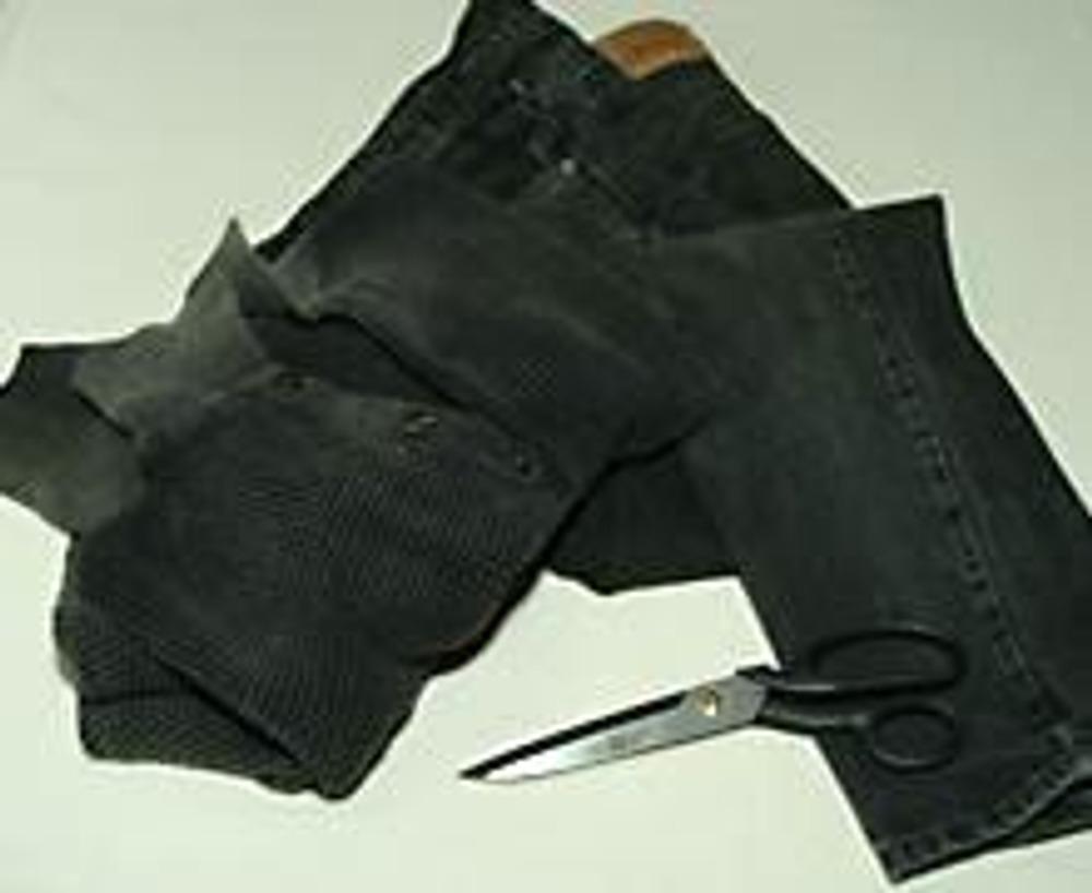 1. Для работы нам потребуются прямые джинсы и рукава от старого свитера.