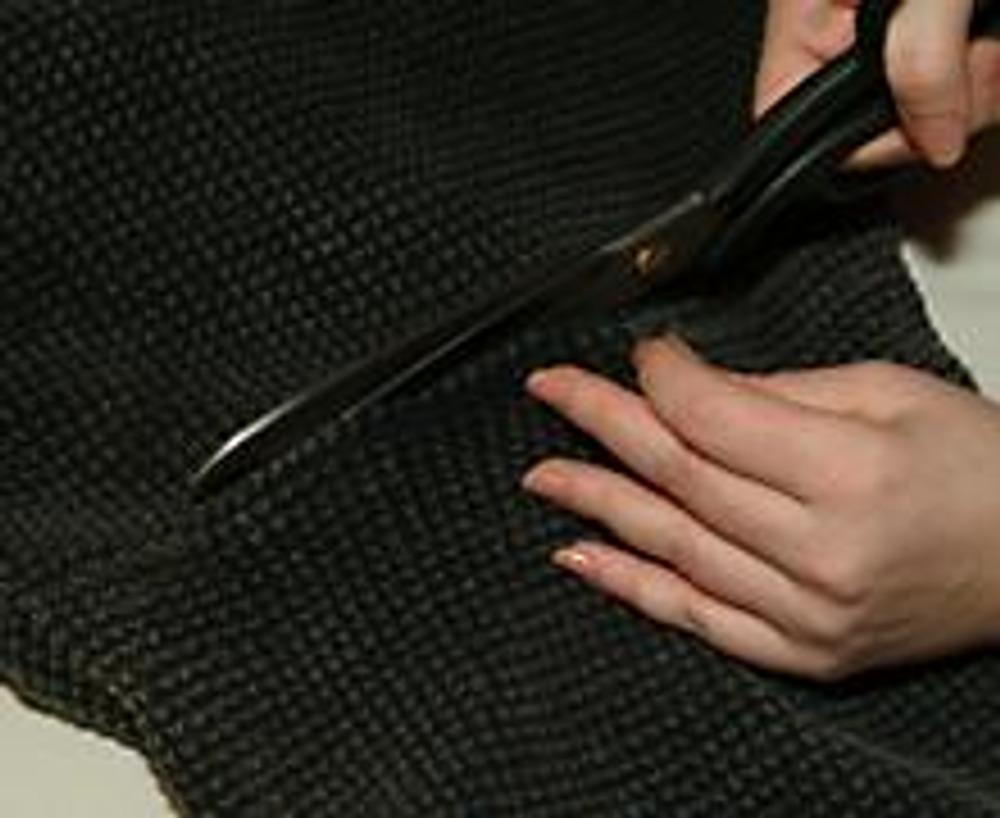 5. Отрезаем рукава у свитера вместе со швом проймы. Рукав разрезаем по шву для получения плоской детали.