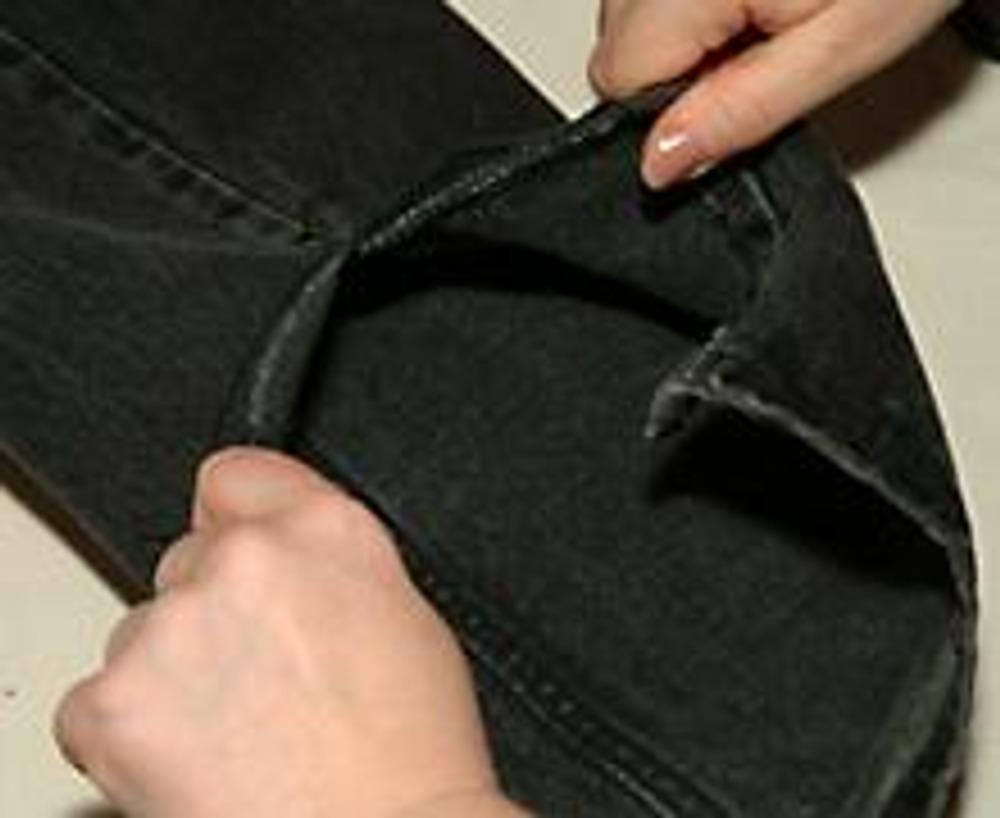 4. ... и разрываем руками до метки. Если рвется не ровно, можно выправить направление, подрезав ткань ножницами. Повторяем разрыв с другой стороны шва.