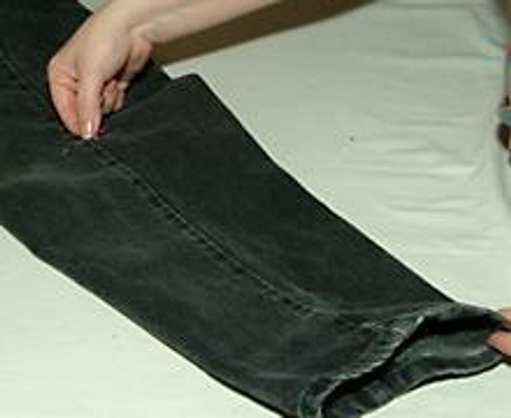 2. На боковом шве джинсов ставим метку (булавкой) в области колена, до которой будем расклешать джинсы.