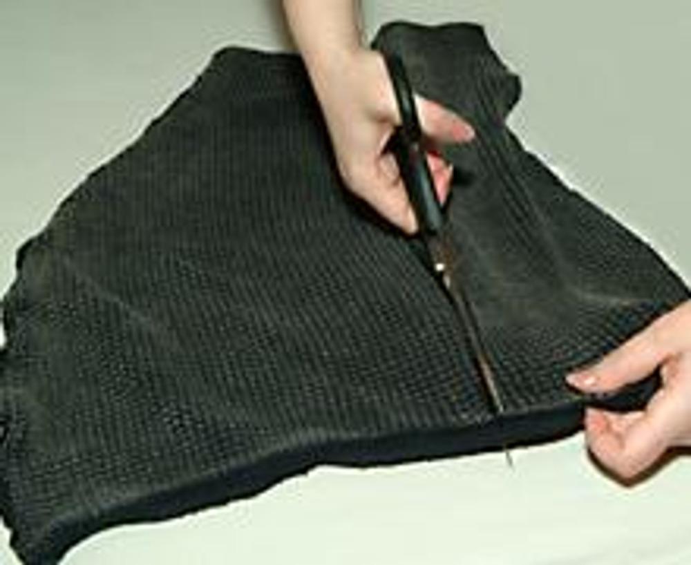 6. Развернутый рукав разрезаем вдоль на два треугольника.