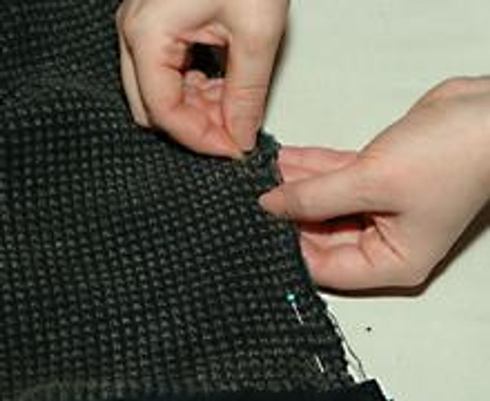 9. Скалываем края разрыва с трикотажным треугольником наружным швом.