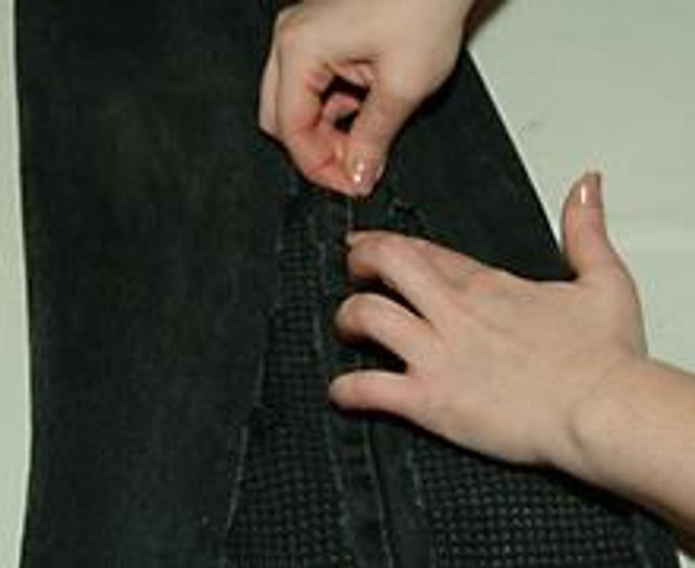 """10. После разрыва джинсов параллельно руслу бокового шва у нас остался серединный """"хвостик"""" из самого шва шириной около 2-3 см."""