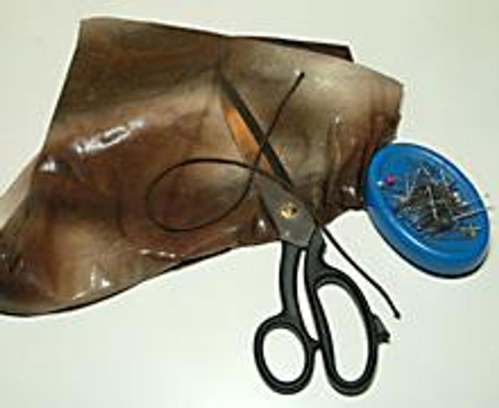 3. В работе нам также потребуется круглая резинка в тон ткани - длиной около 30 см, включая припуски.