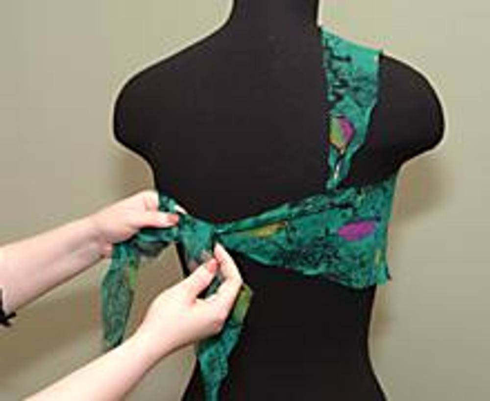 5. Завести концы на спинку, натягивая топ на груди, и завязать их мягким углом.