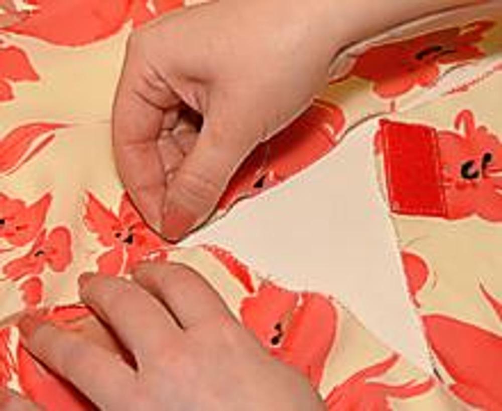 6. Перед стачиванием, заколите шов булавками и примерьте юбку.