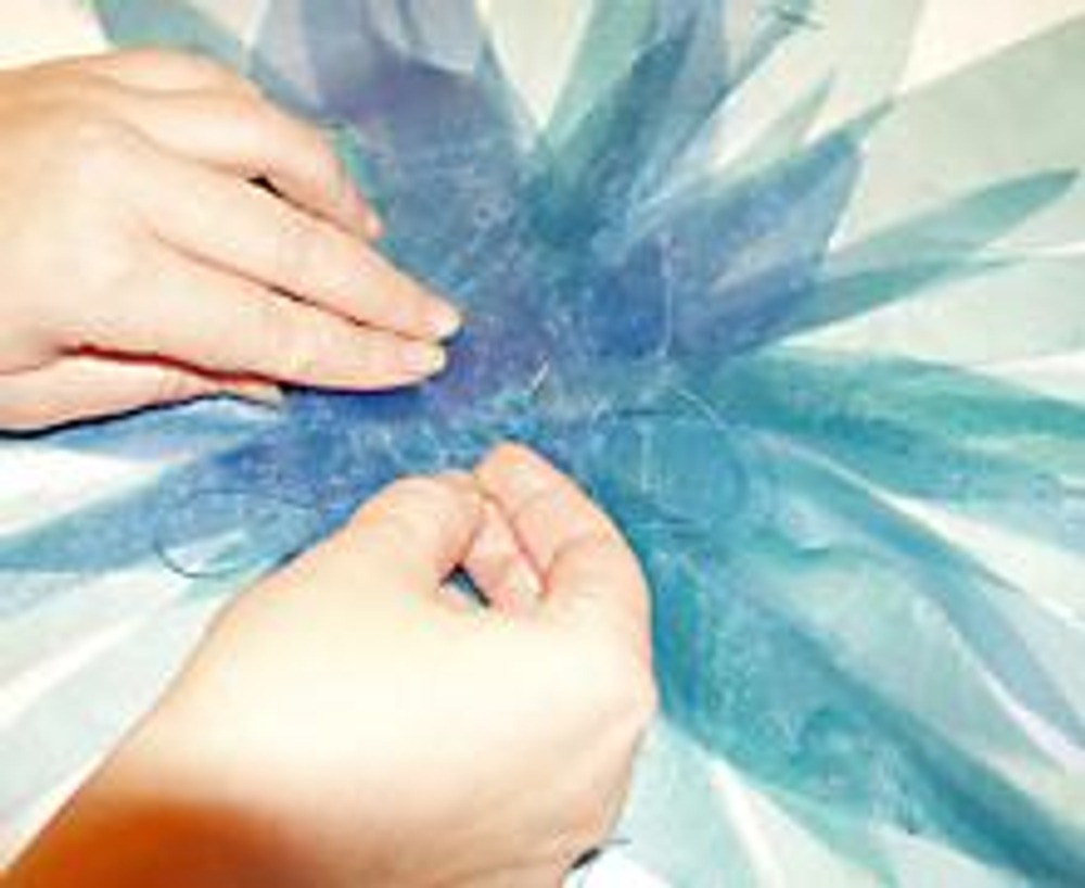 4. Закрепите положение лепестков нитками.