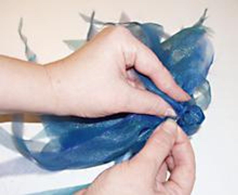 5. Дополнительно с обратной стороны соберите лепестки в пучок, туго скрепив его.