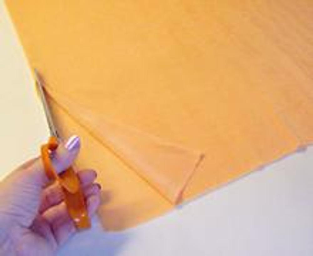 3. Выкроите прямоугольник длиной, равной желаемой длине платья плюс 5 см, и шириной, равной обхвату ваших бёдер плюс 5 см.