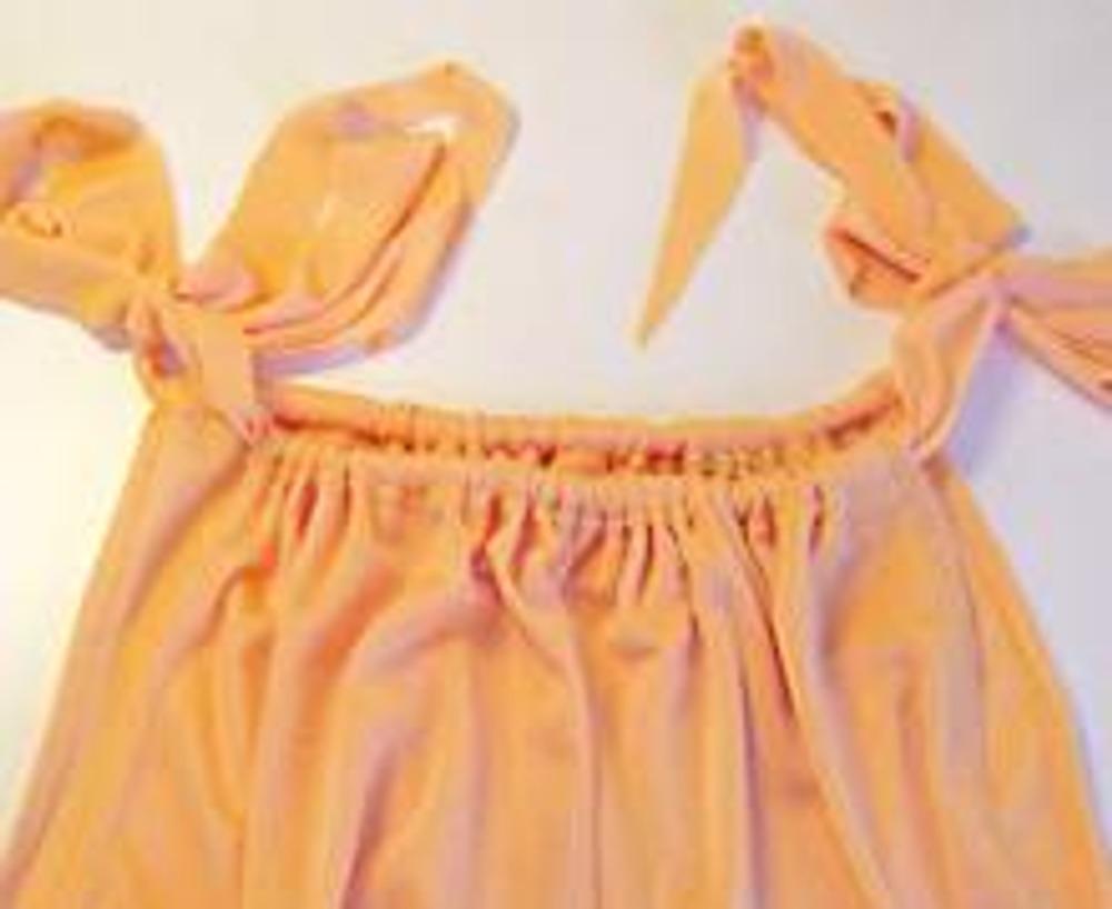 7. Верхнюю часть платья подогните на изнаночную сторону на 3 см и прострочите. Этот подгиб будет служить кулиской для ленты или шнура.