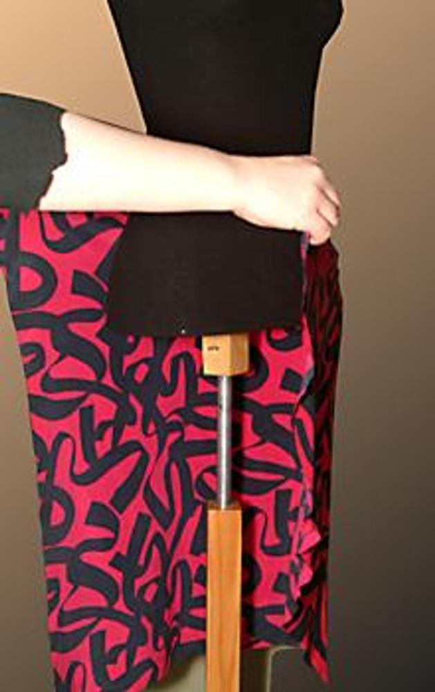 1. Иногда от раскроя остаются вполне приличные куски ткани, которые потом годами ждут своего применения... Сшейте из них чудесную легкую юбку!
