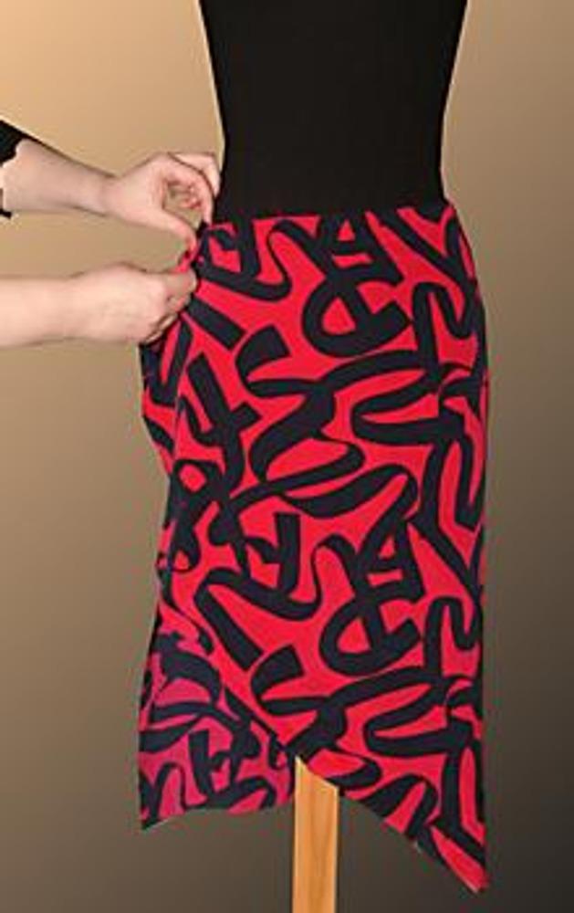 2. Самый большой кусок ткани оберните вокруг бедер (его, кстати, можно сшить из нескольких кусочков).