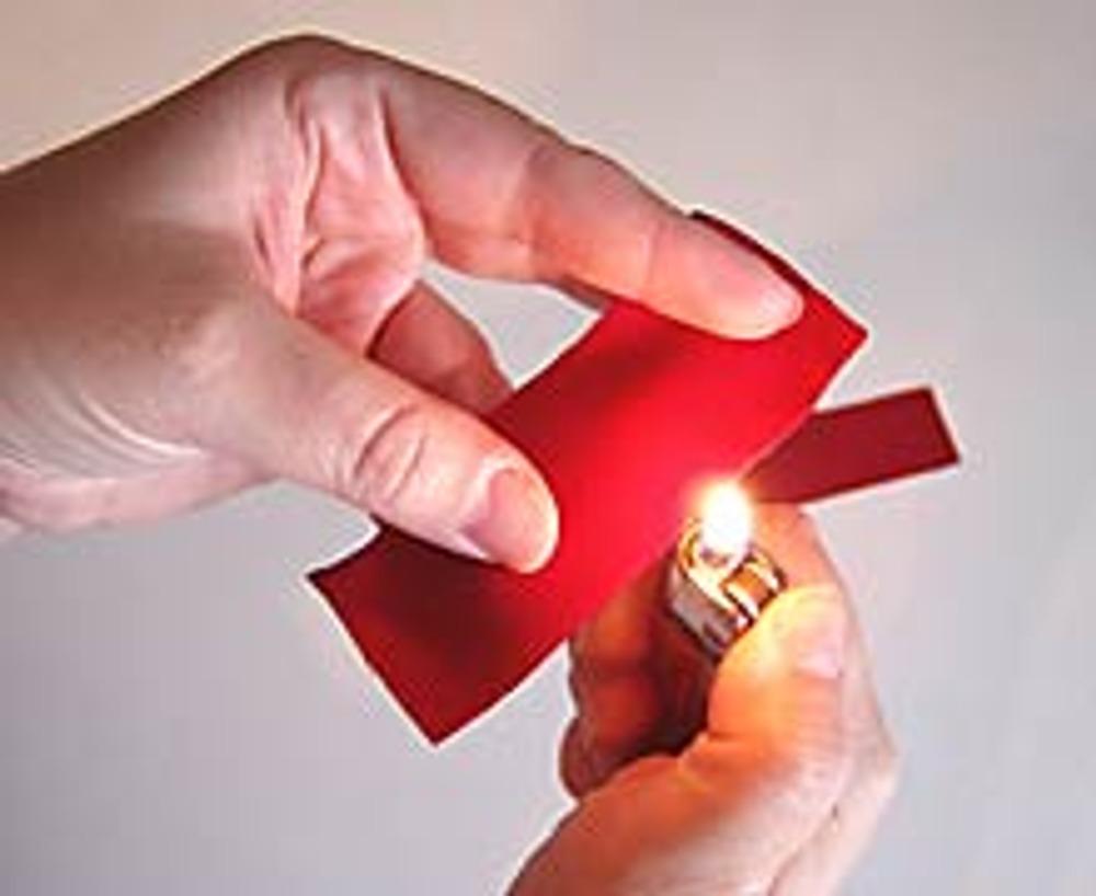 2. Зажигалкой или свечой аккуратно обожгите края всех красных полос.