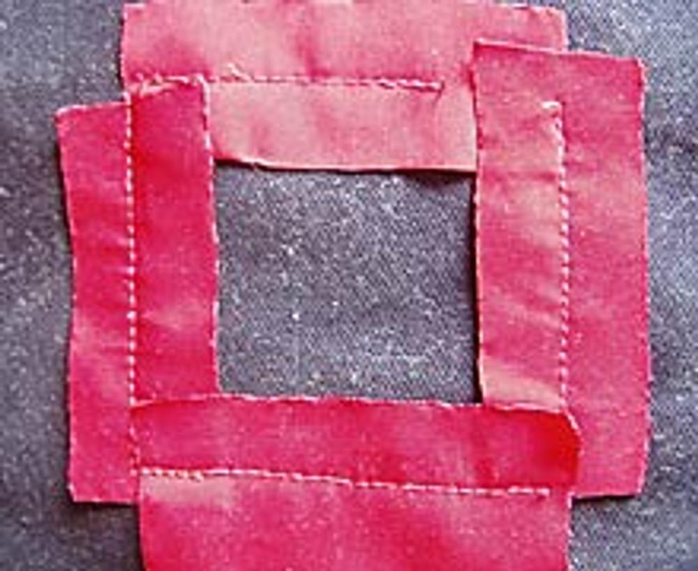 3. Пришейте короткие детали в виде квадрата, одной строчкой посередине чёрной ткани, а длинные по периметру.