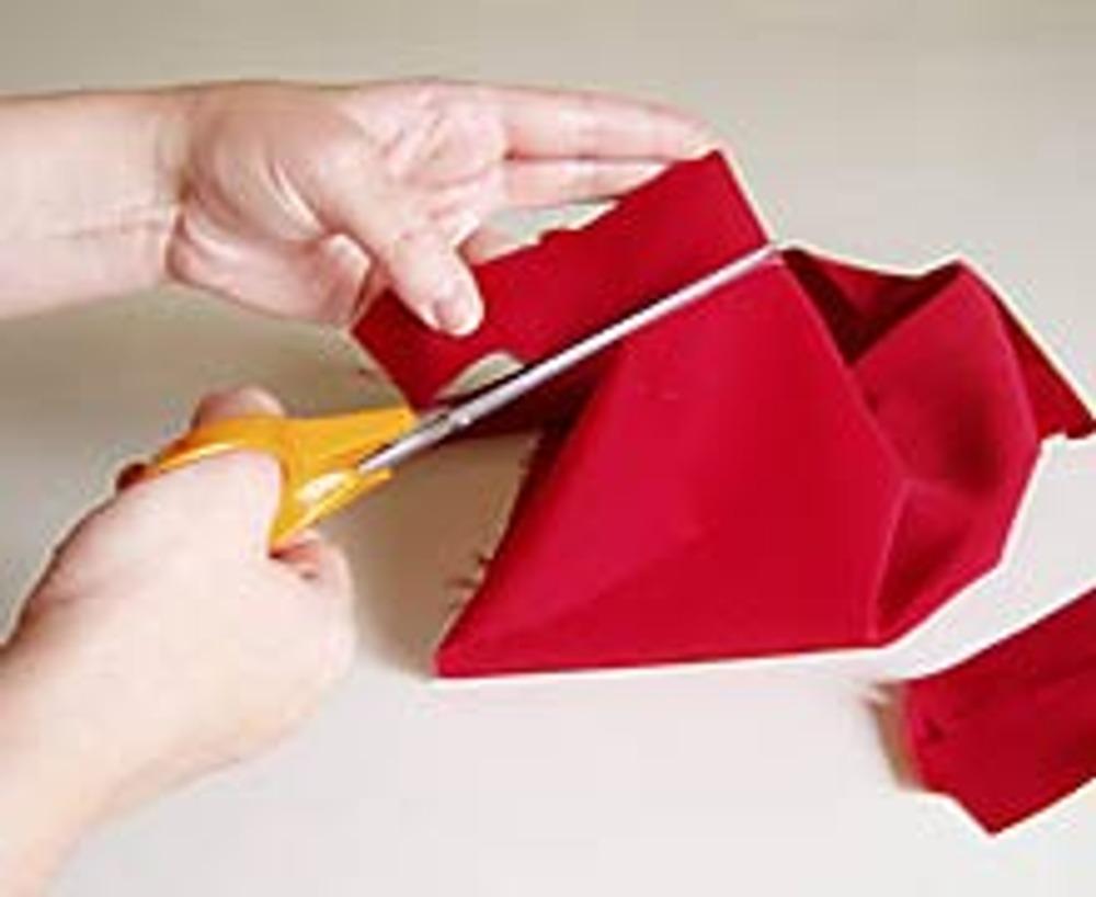1. Из чёрной ткани выкроите два квадрата 25х25 см. Из красной, обязательно синтетической, ткани четыре полоски 3х23 см и четыре 3х9 см.
