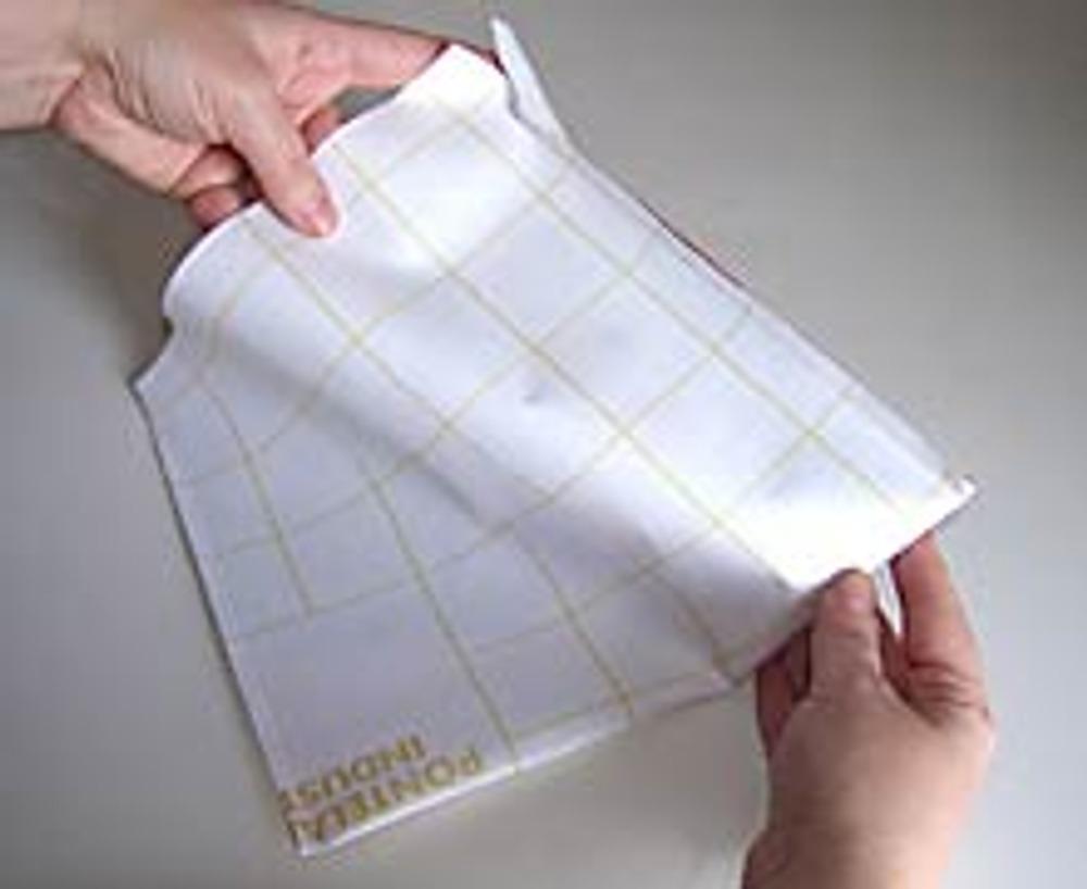 2. Вырежете прямоугольник размером 25х40 см, сложите его пополам, стачайте боковые швы, отступив от верха 3 см.