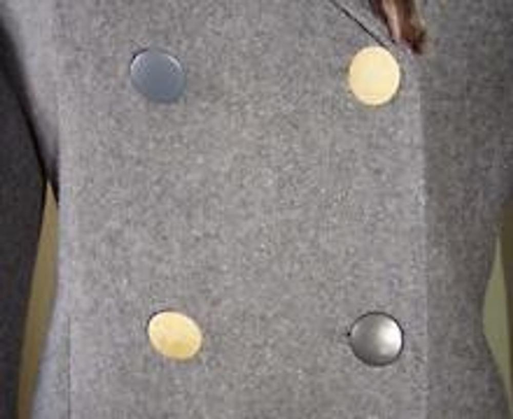 6. И последним штрихом являются пуговицы, обтянутые разноцветной кожей и сочетающиеся с кусочками меха.