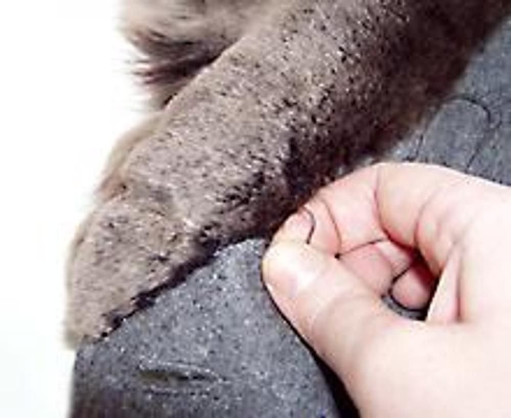 4. Накладывая кусочки меха, пришивайте их вручную потайным швом.
