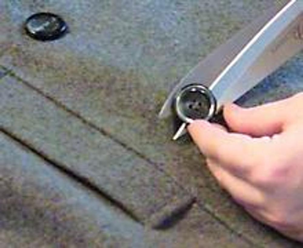 2. Для начала отпорите пуговицы и листочки карманов, если листочки вшиты в шов.